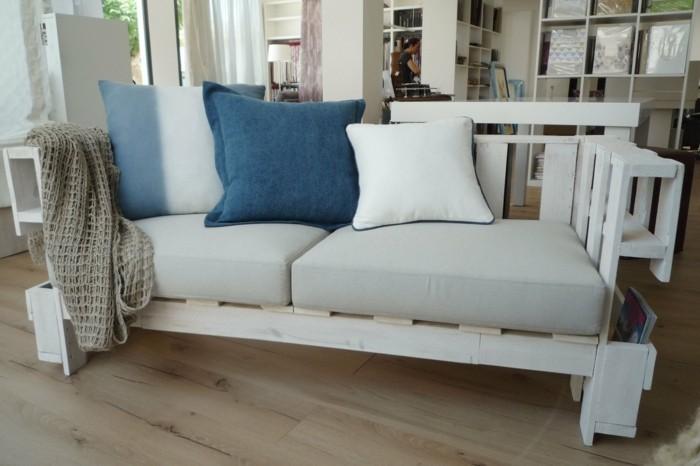 palettenmoebel badmoebel europaletten sofa weiss kissen