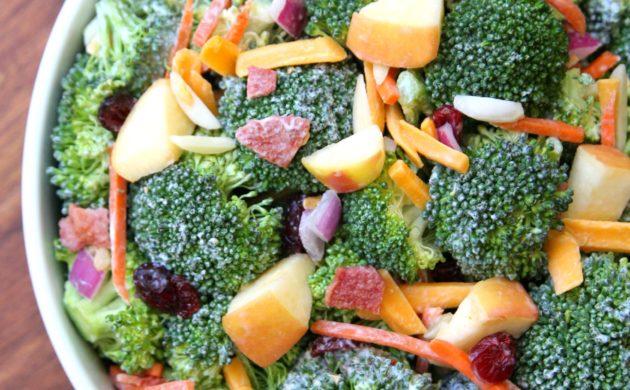 rezepte-mit-brokkoli-salat-ideen-apfel-weintrauben-zwiebel