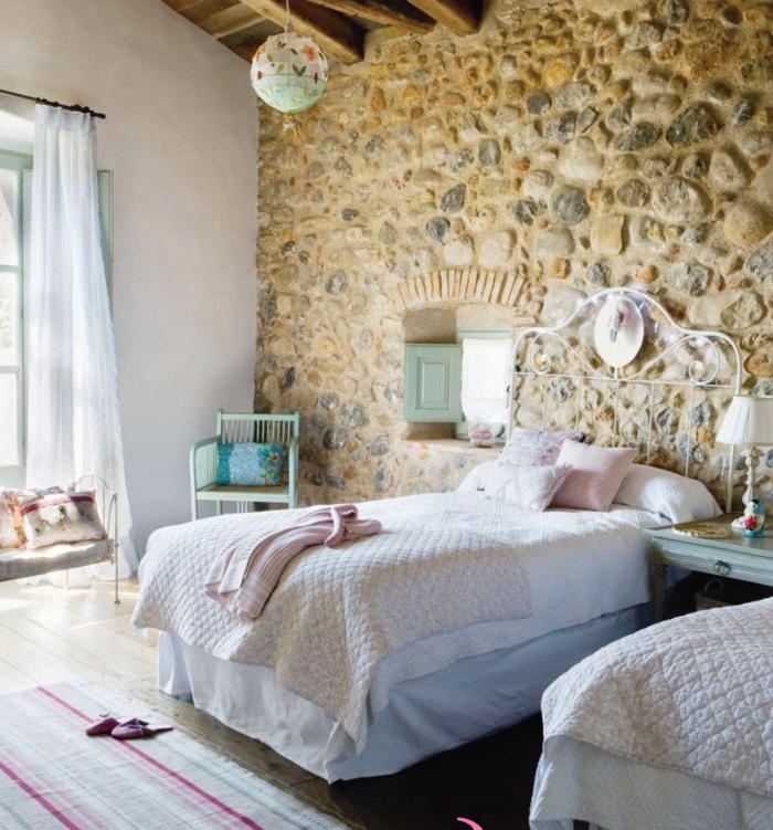 schlafzimmer ideen wandgestaltung ausgefallene steinwand und streifenteppich