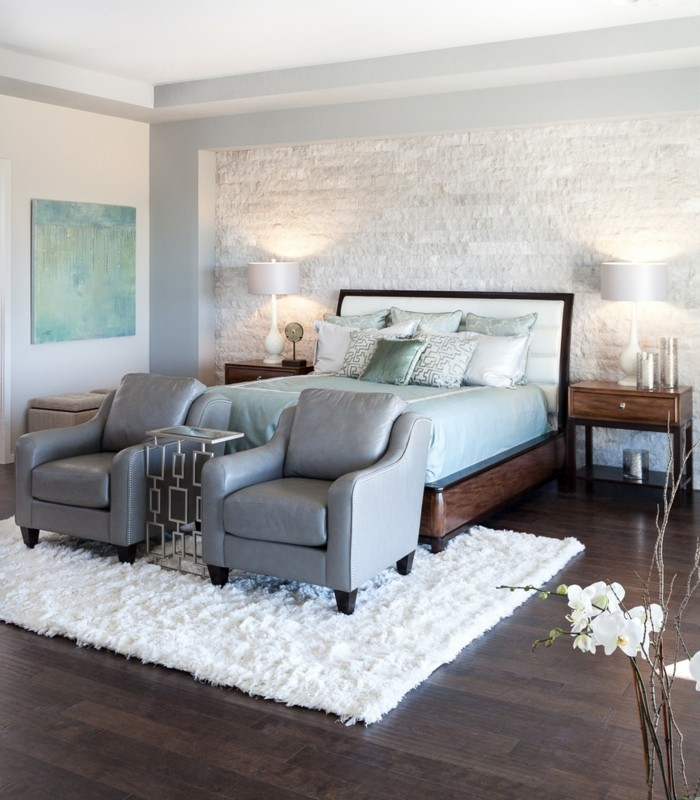 schlafzimmer ideen wandgestaltung steinwand und weißer teppich