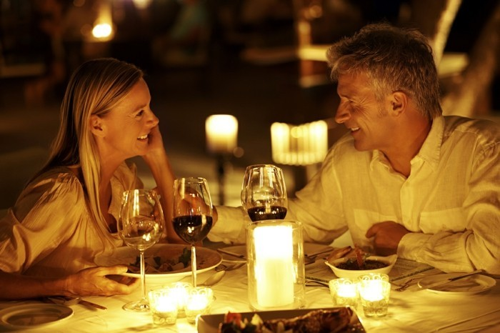 valentinstagsgeschenk romantisches candlelight dinner