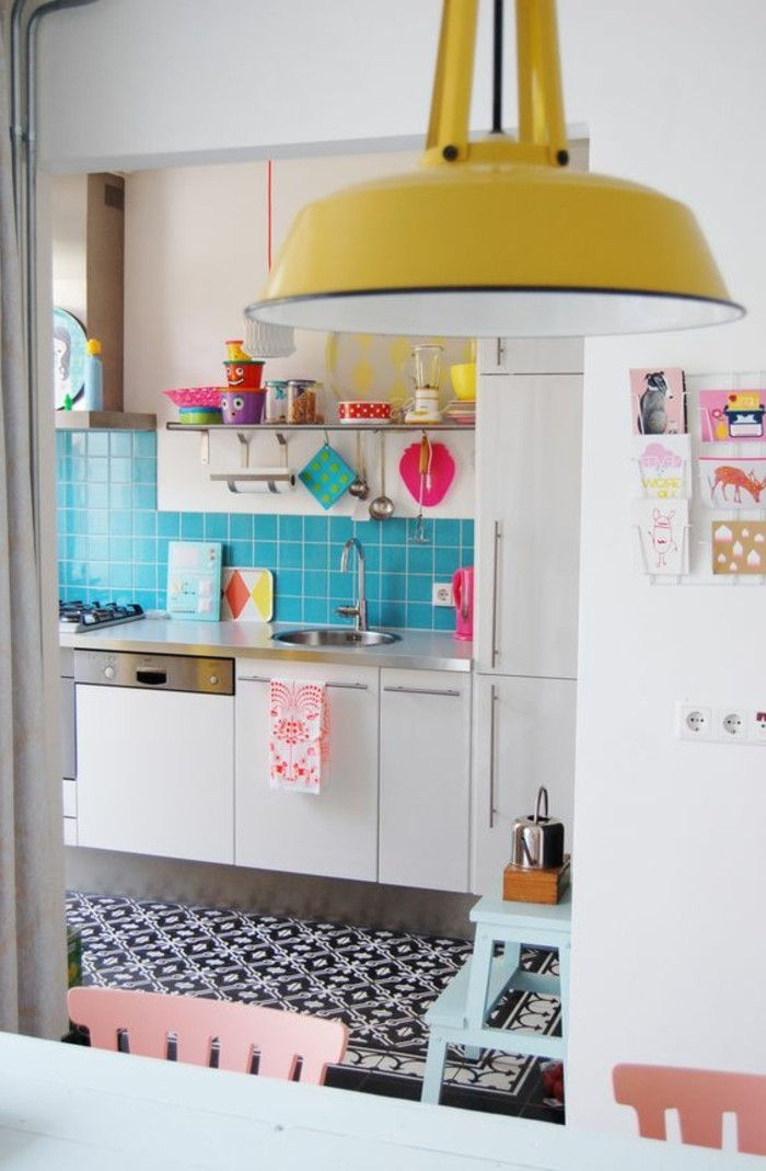 wohnideen küche blaue wandfliesen gelber leuchter farbige akzente