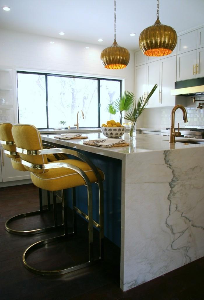wohnideen küche gelbe barhocker kücheninsel dunkelbrauner bodenbelag