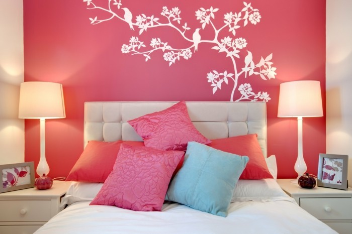 wohnideen schlafzimmer rote wand frische dekoideen wandtattoos