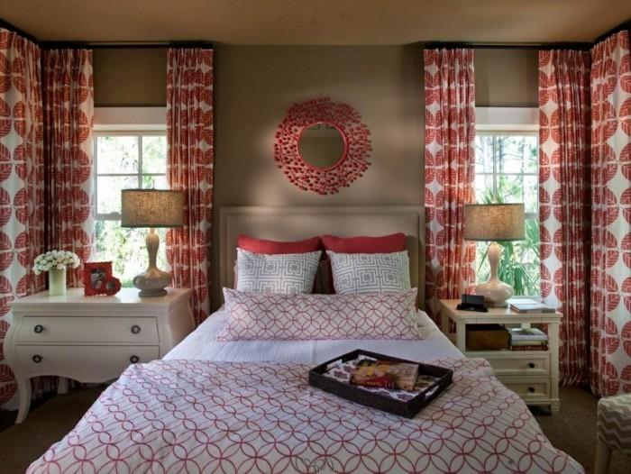 wohnideen schlafzimmer runder wandspiegel bringt eleganz in den raum