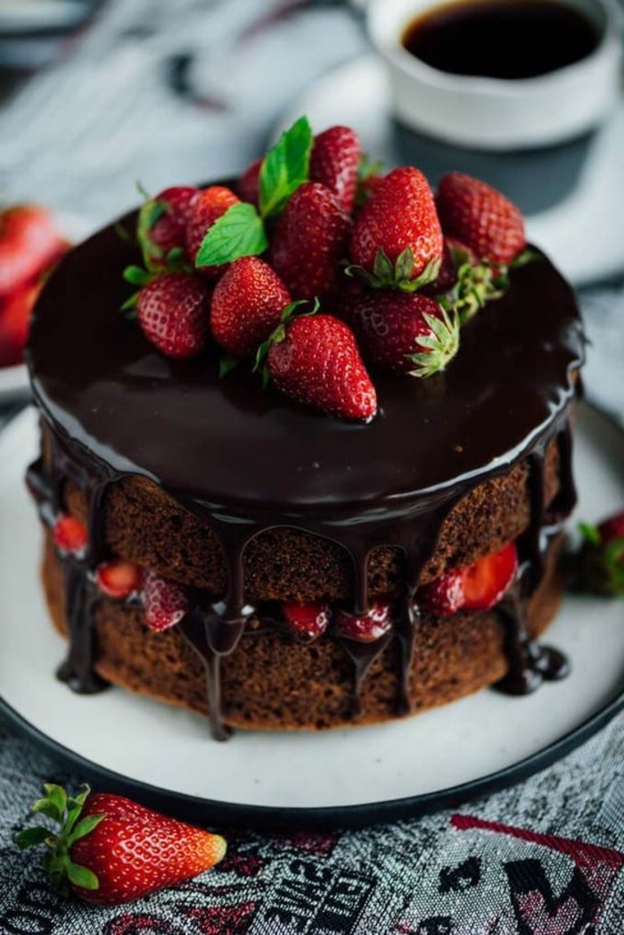 ausgefallene torten schokoladentorte dekorieren erdbeeren