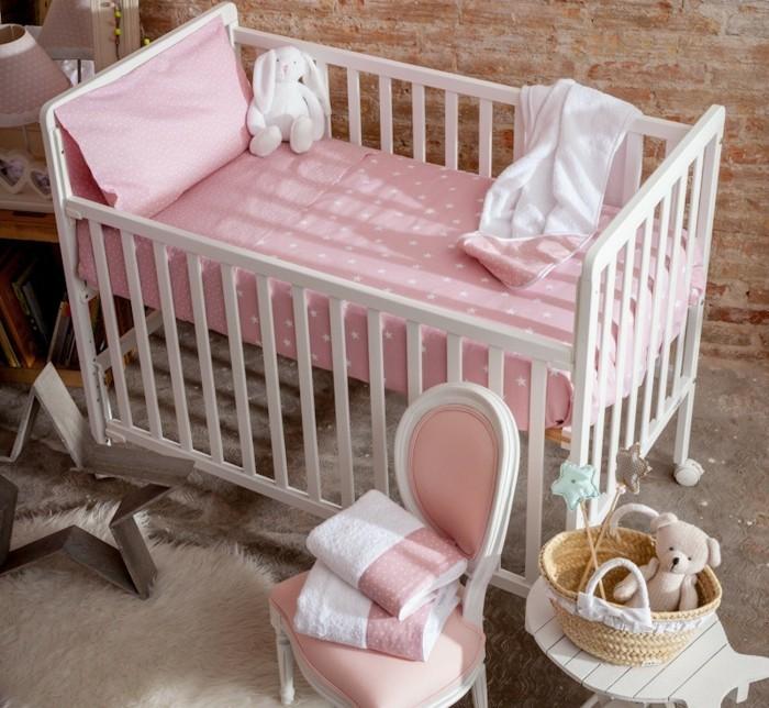 babybettwäsche-textura-heimtextilien-babybett-holz-rosa-bettlacken-kissenbezug-stofftier