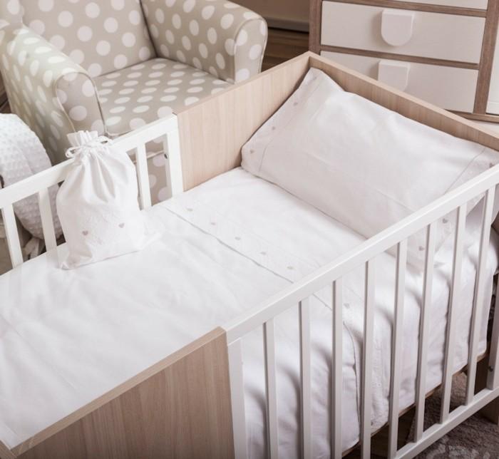 babybettwäsche-textura-heimtextilien-babybett-holz-weiße-bettlacken-kissenbezug