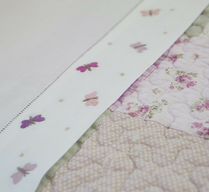 babybettwäsche-textura-heimtextilien-babybett-schmetterlinge-rosa