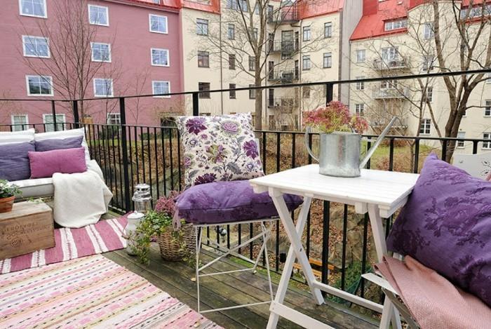 balkon gestalten balkonmöbel klappmöbel outdoorteppiche holzkisten klapptisch kissen