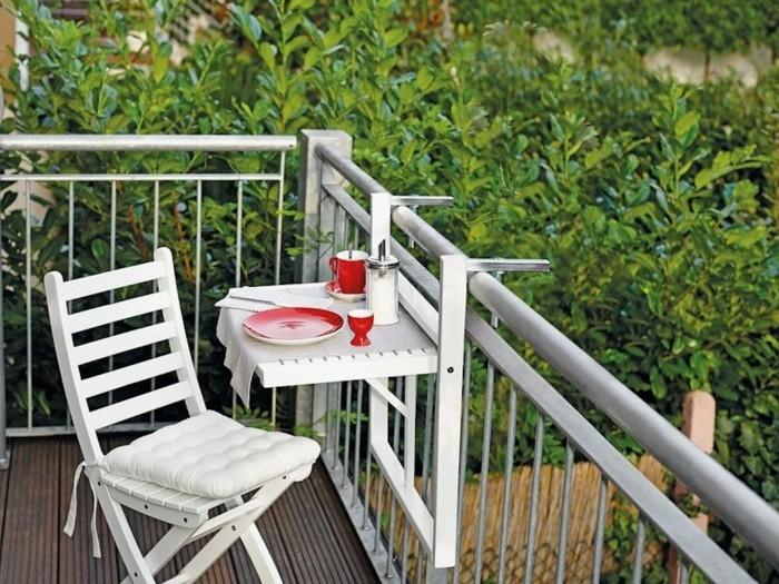 balkon gestalten balkonmöbel klappstuhl hängetisch brüstung balkongestaltung tipps