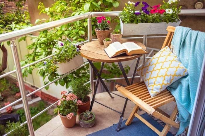 balkon gestalten balkonmöbel klappstuhl klapptisch balkonpflanzen kräuter