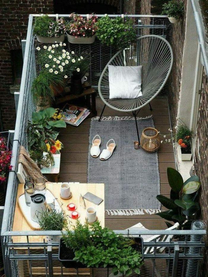 balkon gestalten balkonmöbel korbstuhl klapptisch balkonpflanzen