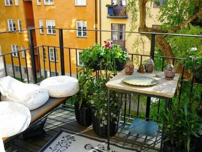 balkon gestalten balkonmöbel sitzkissen sitzbank windlichter balkonpflanzen
