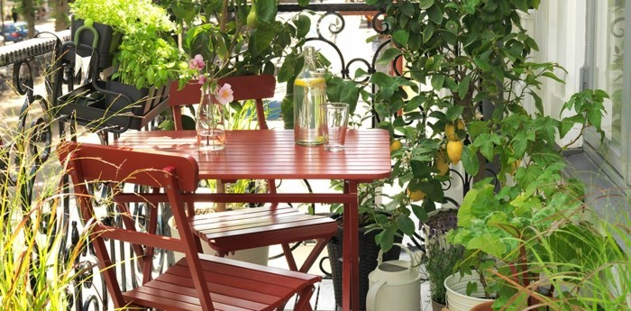 balkon gestalten tipps klappbare balkonmöbel stuhltisch zitronnenbäumchen kräuter
