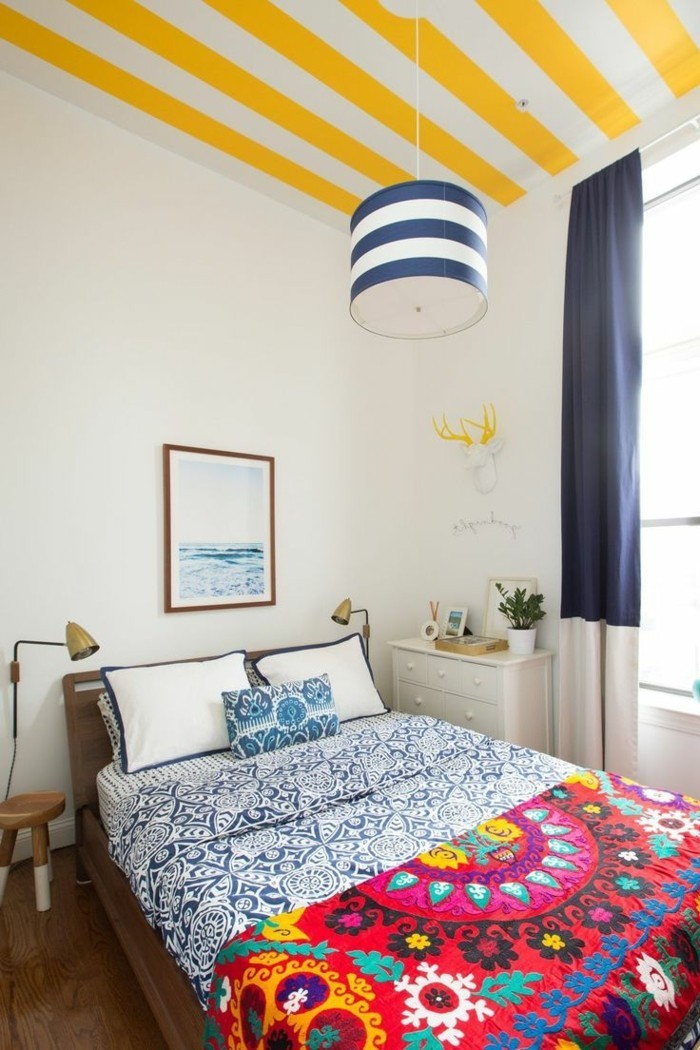eklektisch schlafzimmer einrichten ideen farbige bettwäsche streifenmuster zimmerdecke