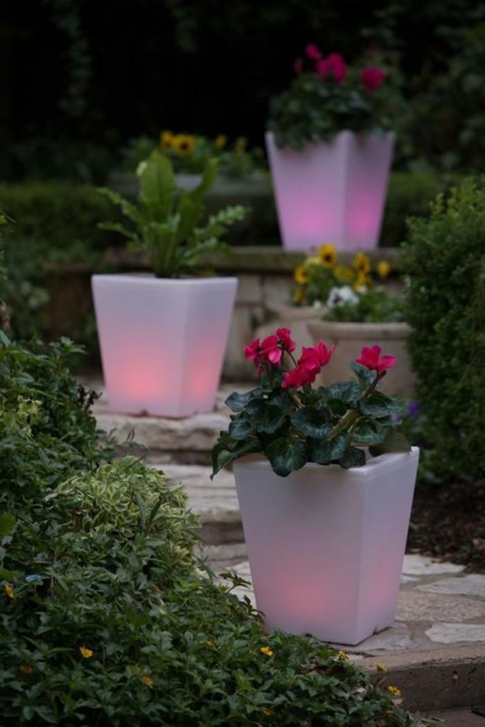 gartenbeleuchtung ideen leuchtende pflanzenbehälter farbig treppen