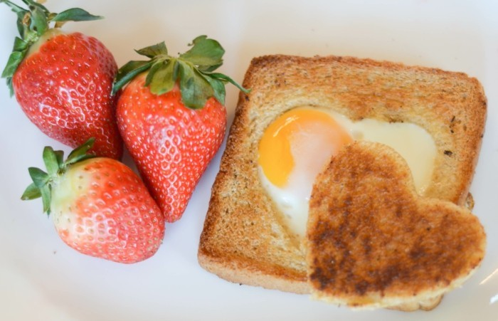 geschenkideen valentinstag frühstück brot eier erdbeeren