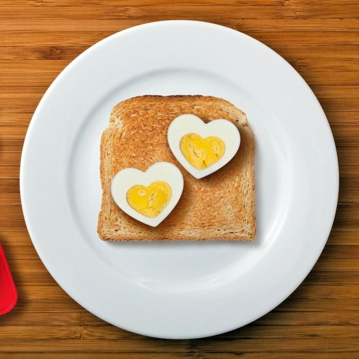 geschenkideen valentinstag frühstück ideen eier herzen brot