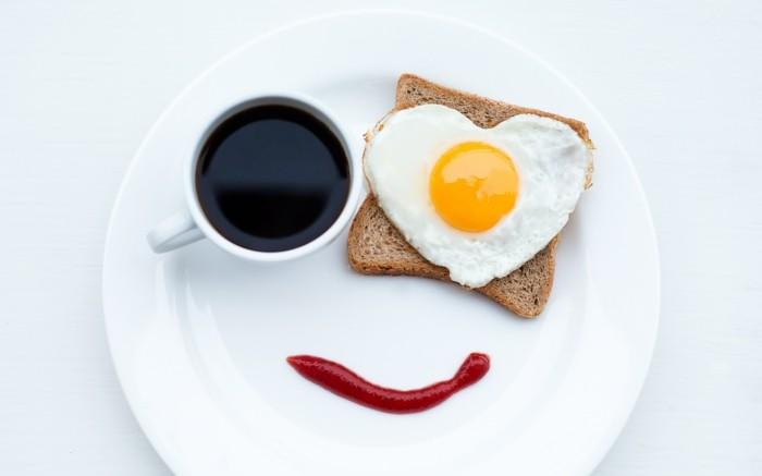geschenkideen valentinstag frühstück verschenken ei auf brot ketschup