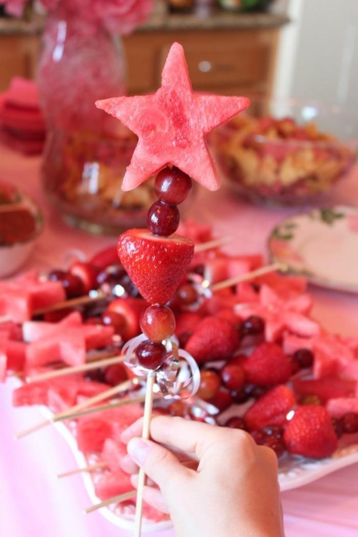 gesunde frühstücksidee früchte wassermelone erdbeere