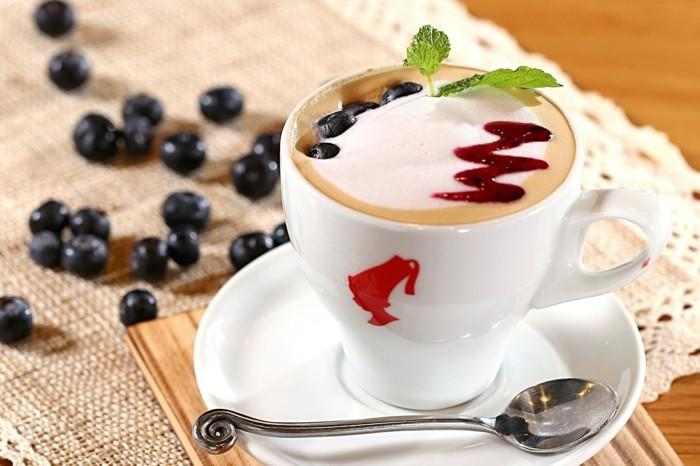 guten morgen kaffee coffee milchschaum blaubeeren minzblätter