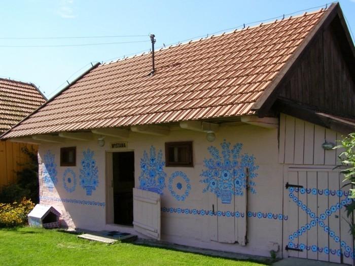 hausfassade gestalten zalipie blaue blumenmuster