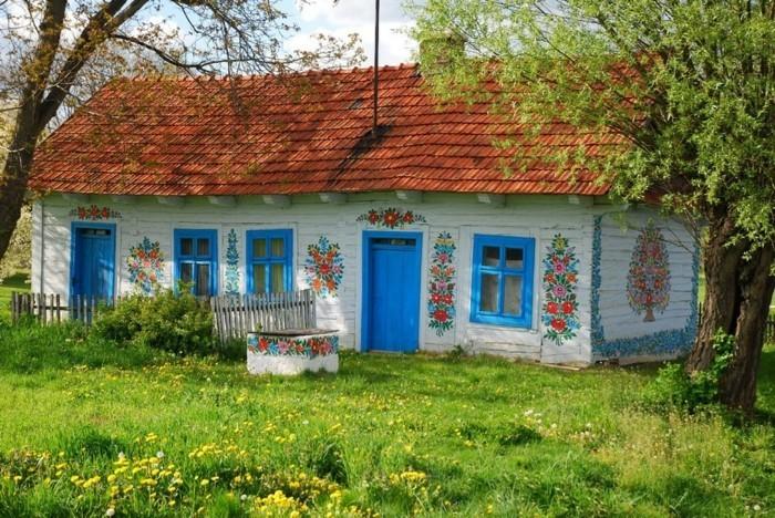 Hausfassade Gestalten Zalipie Blaue Haustür Bunte Blumenmuster