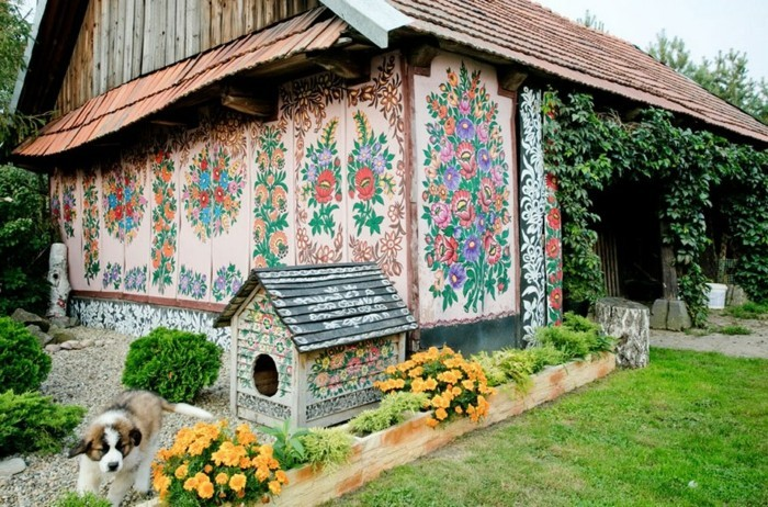 Hausfassade Gestalten Zalipie Florale Muster Hundehaus