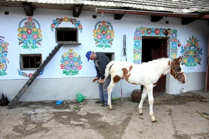 hausfassade gestalten zalipie weiße fassade farbige deko