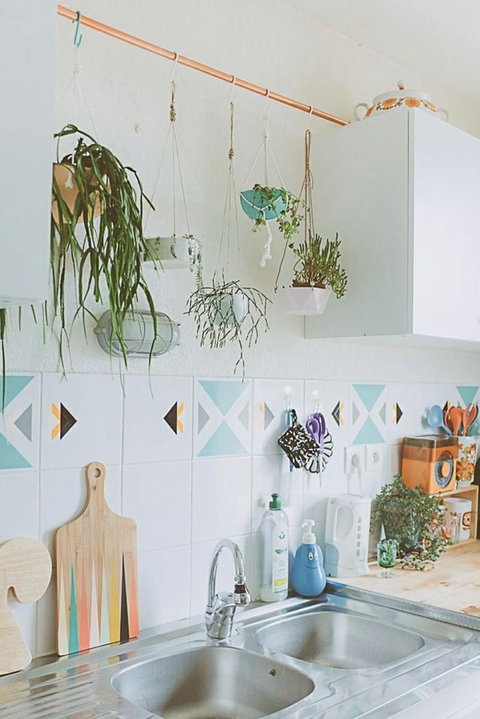 kücheneinrichtung ausgefallene dekoideen hängende pflanzen farbige küchenfliesen