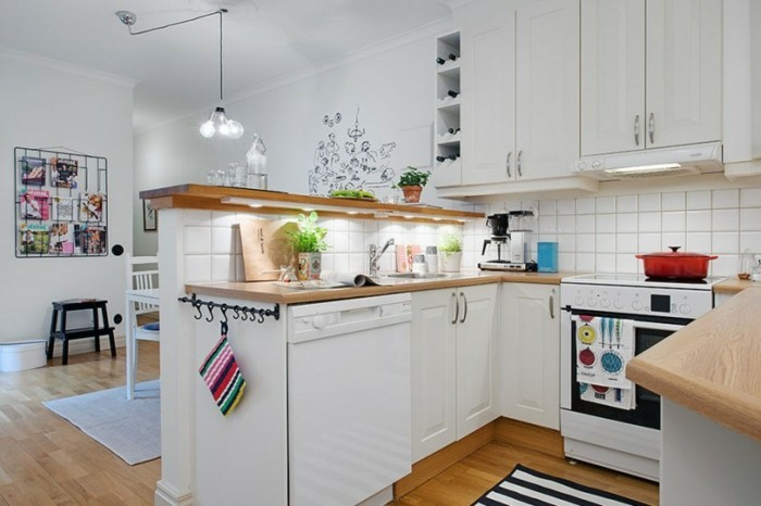kücheneinrichtung große arbeitsfläche streifenteppich kleiner raum