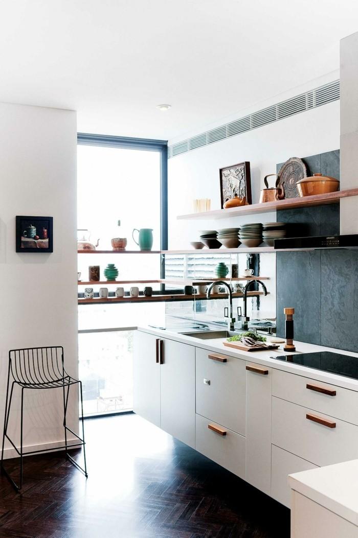 kücheneinrichtung parkette weiße unterschränke schwarze akzentwand