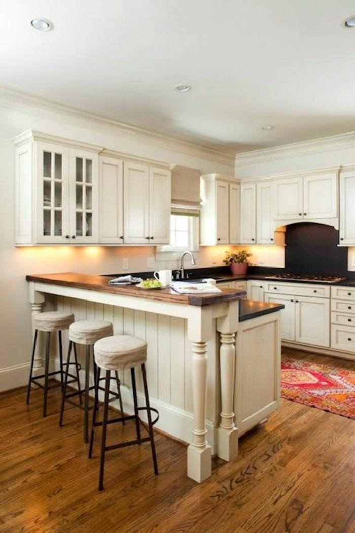 kücheneinrichtung weiße einrichtung holztextur farbiger teppichläufer schöne beleuchtung