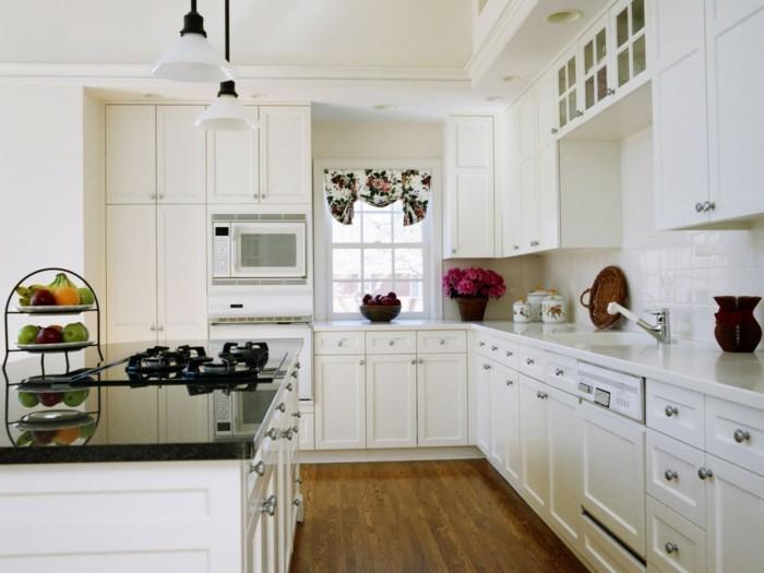 kücheneinrichtung weiße küchenschränke blumen obst farbige akzente