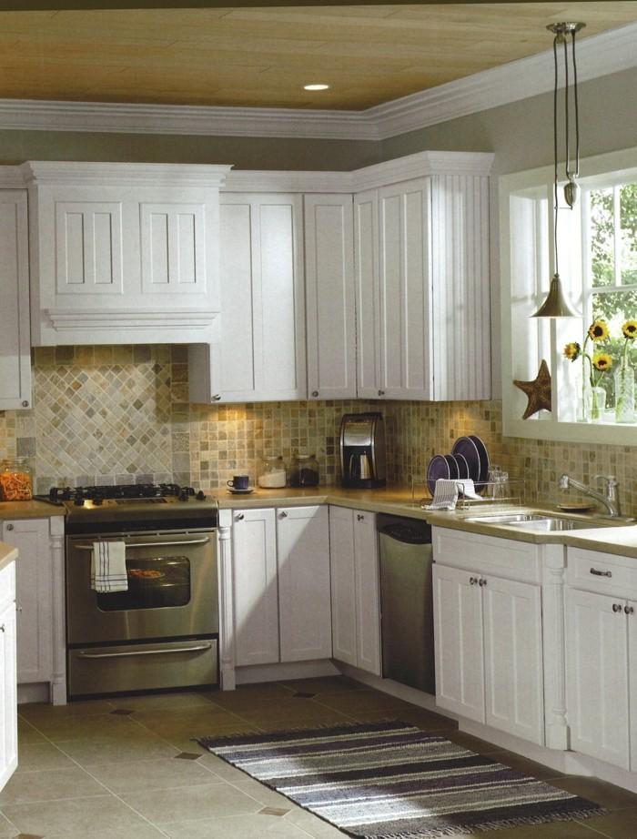 kücheneinrichtung weiße küchenschränke teppichläufer kleine wandfliesen