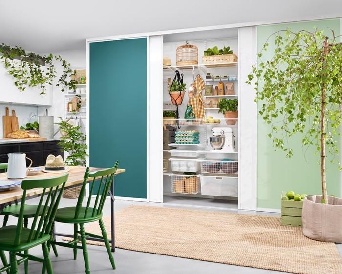 küchenregale wandregale regalsystem esstisch grüne stühle