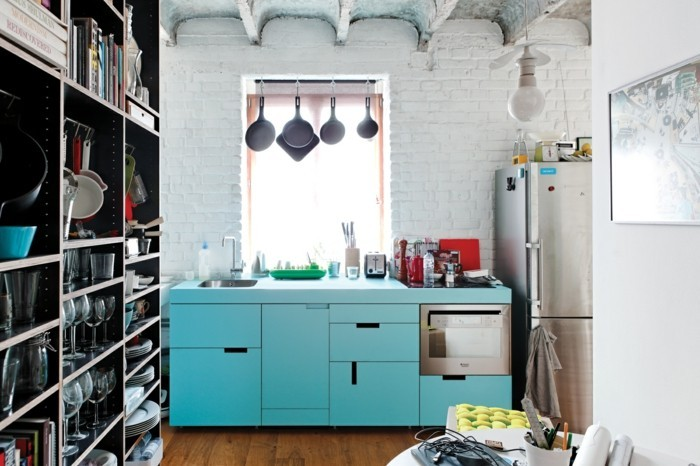 Kleine Küche Einrichten Farbige Küchenschränke Weiße Steinwand Offene Regale