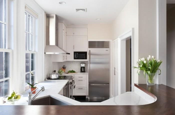 kleine küche einrichten große arbeitsfläche fenster tulpen