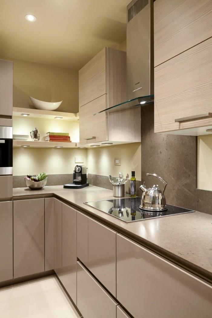 kleine küche einrichten ideen schöne beleuchtung beige küchenschränke offene regale