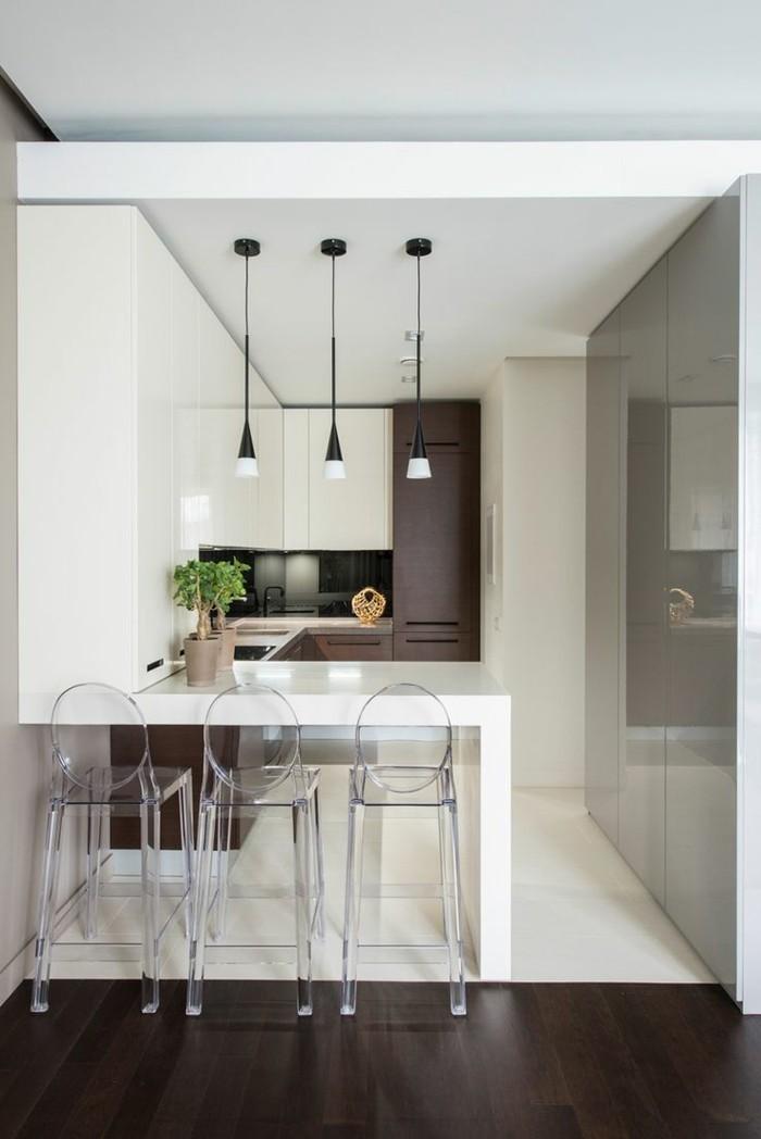 kleine küche einrichten kleine kücheninsel bodenbelag farbkontraste transparente barhocker