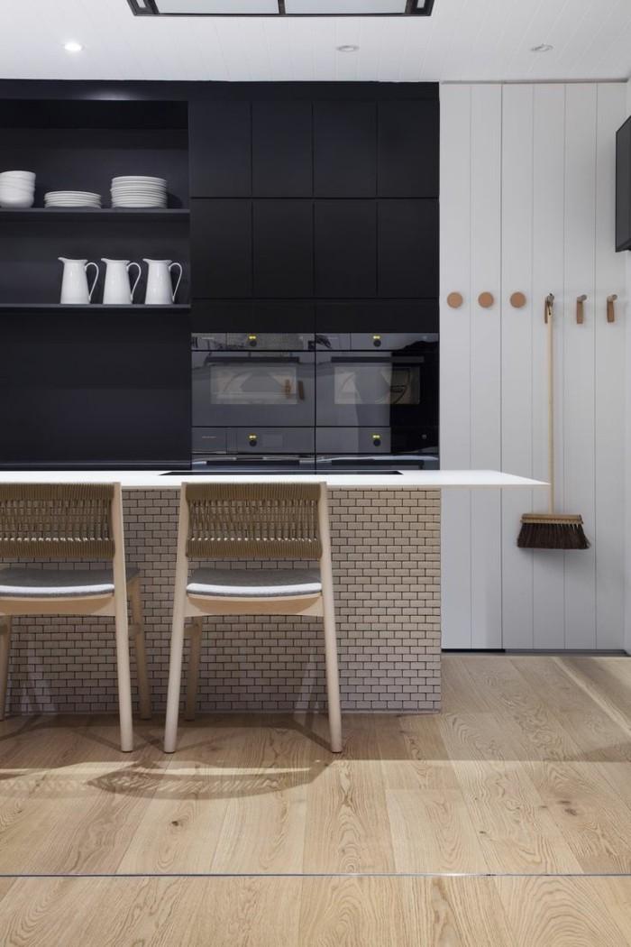 kleine küche einrichten schwarze akzentwand holzboden