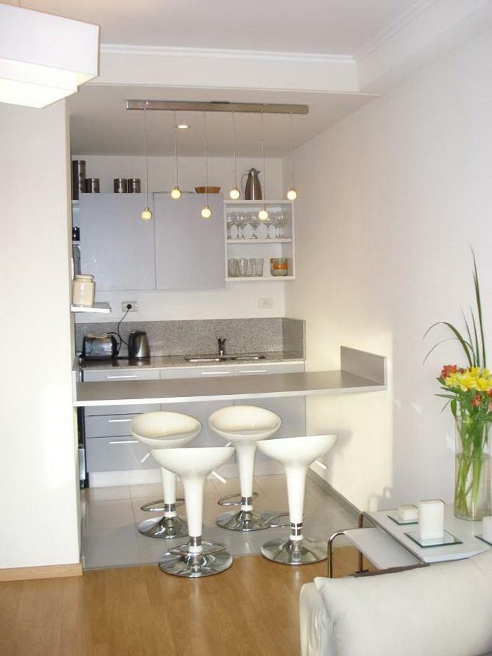kleine küche einrichten weiße barhocker hellgraue arbeitsfläche mosaik küchenrückwand