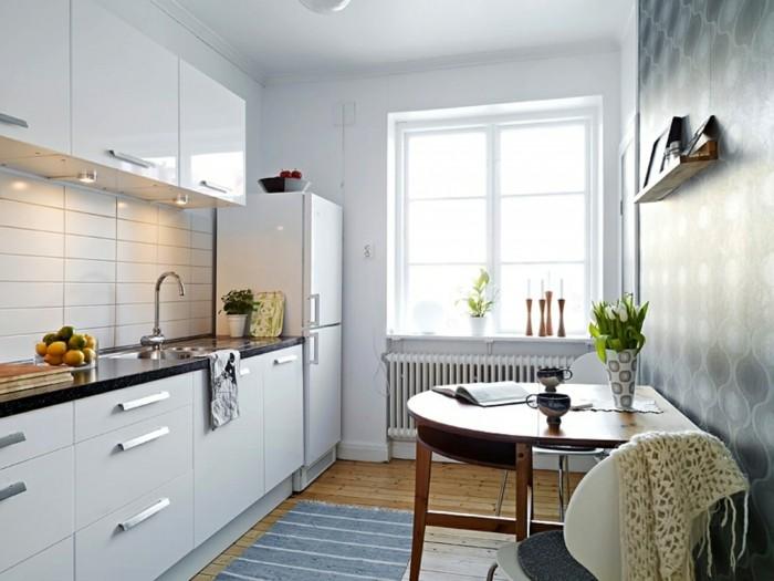 kleine küche einrichten weiße küchenschränke teppichläufer streifen blumen