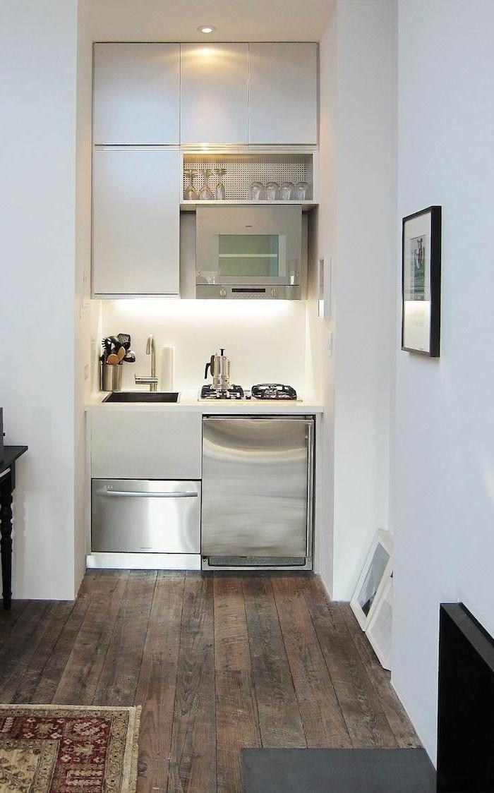 kleine küche einrichten weiße oberschränke holzboden offene küche