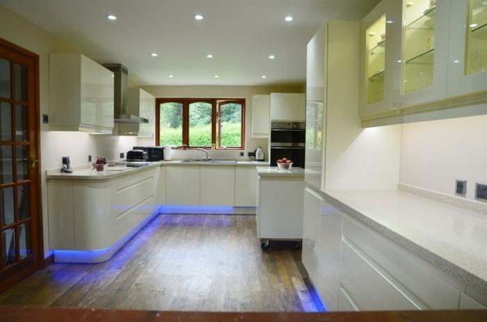 led lichtleiste küche beleuchten blaues licht weiße küchenschränke
