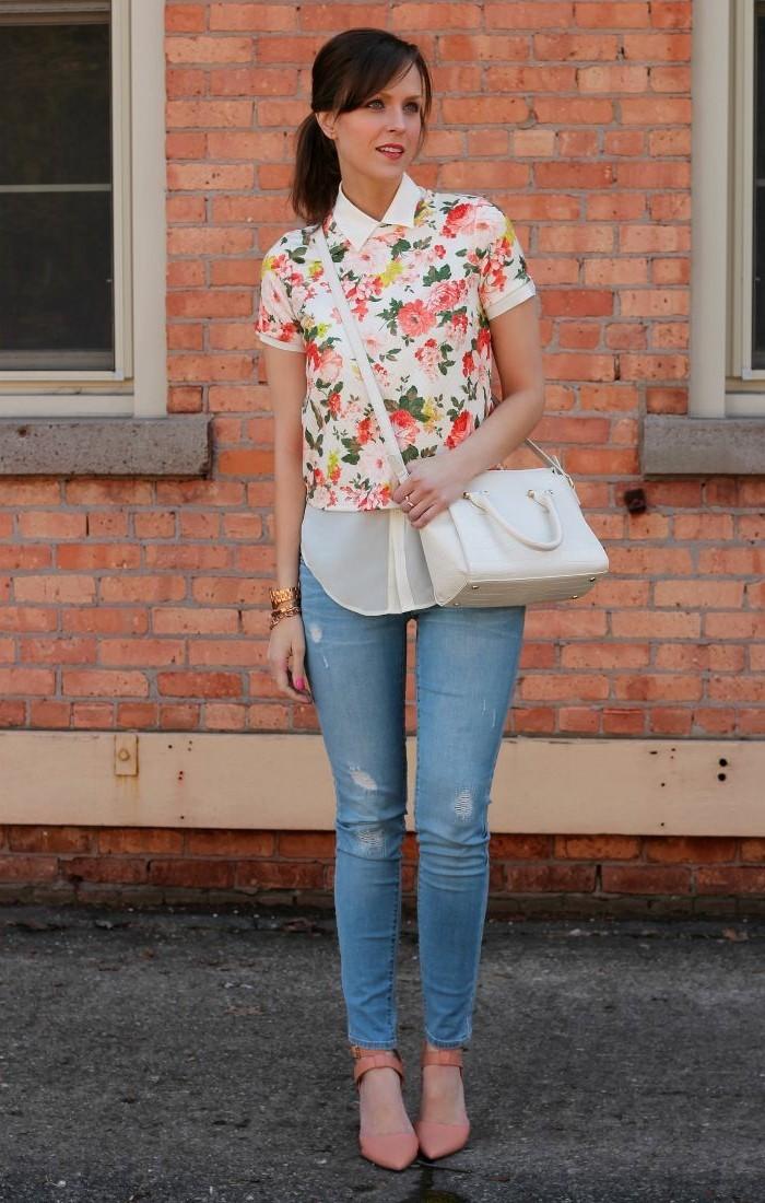 mode für frauen absätze jeans bluse florales muster