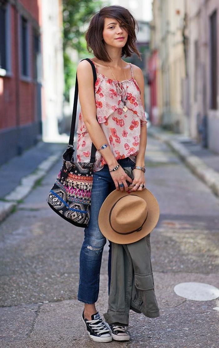mode für frauen oberteil blumen jeans hut