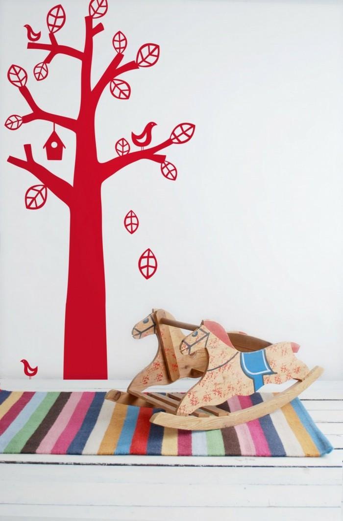schöne wandtattoos baum wohnideen wohnzimmer rote akzente bunter streifenteppich
