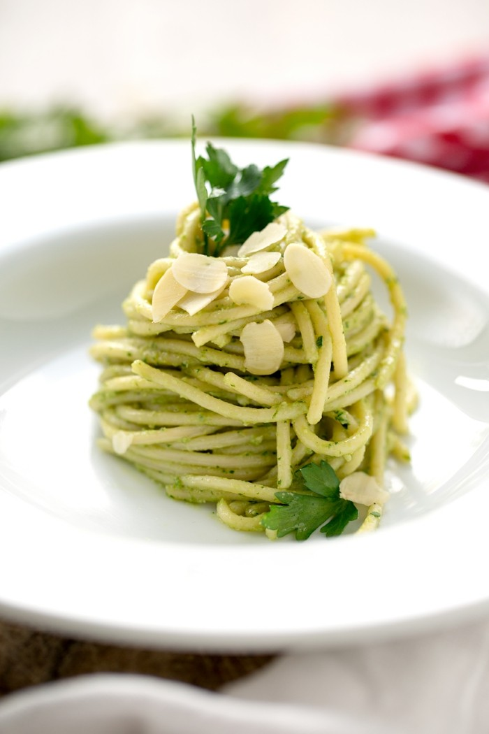 spaghetti pesto petersilie